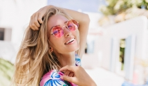 Lato szkodzi twoim włosom. Jak je chronić?